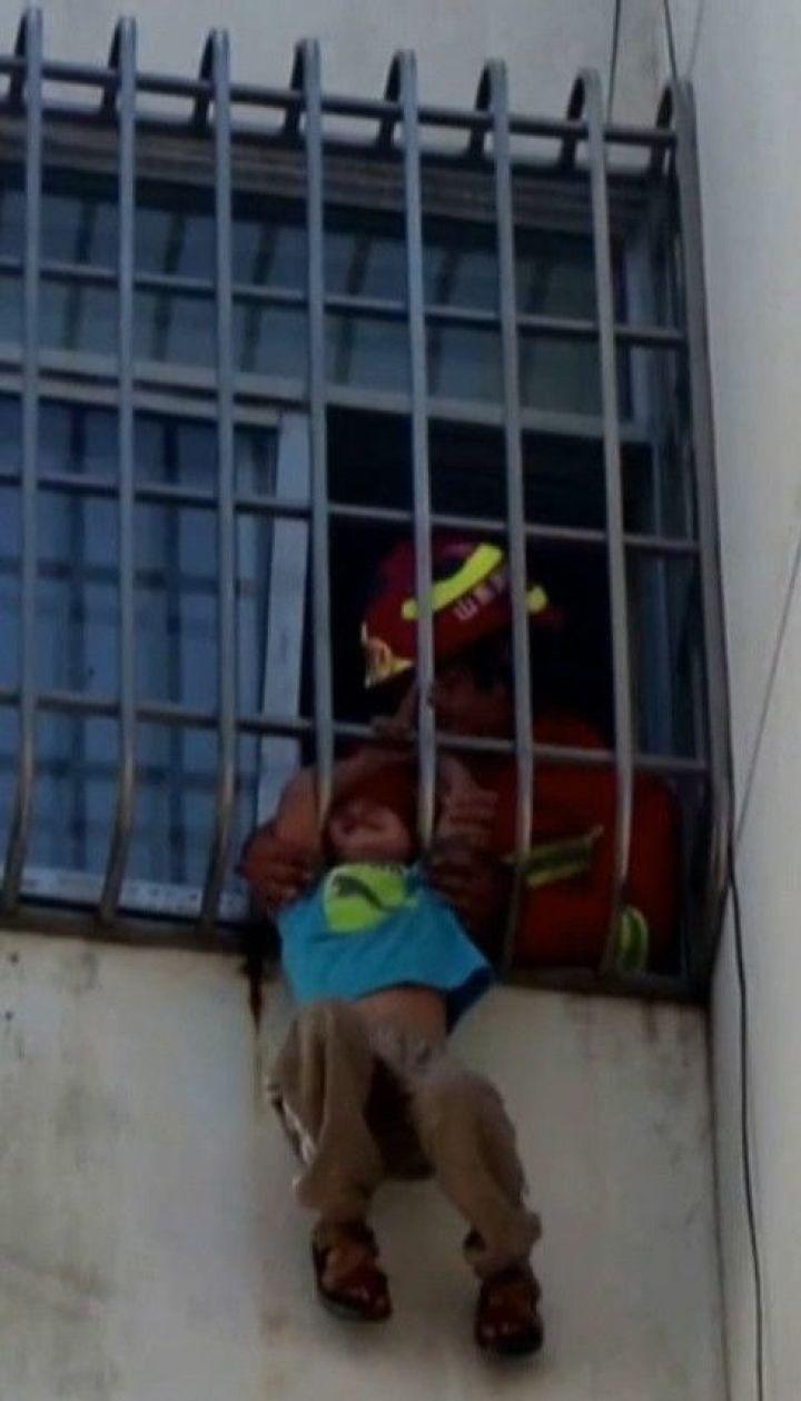 В Китае освободили 6-летнего мальчика, который головой застрял в железной решетке