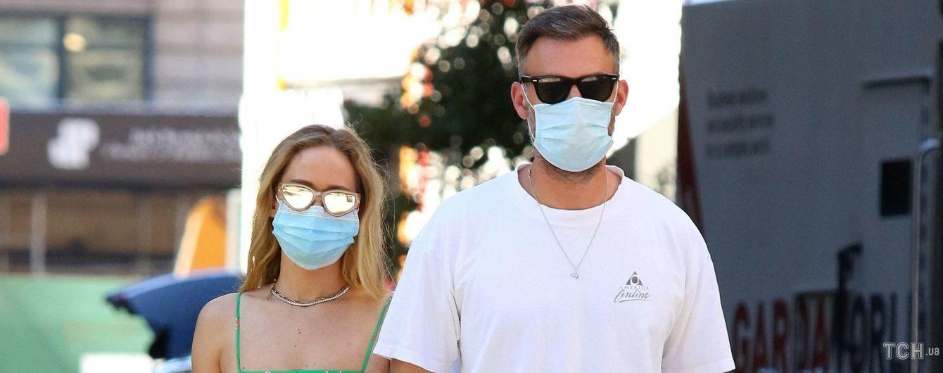 В мини-платье и кроссовках: Дженнифер Лоуренс подловили на прогулке с мужем
