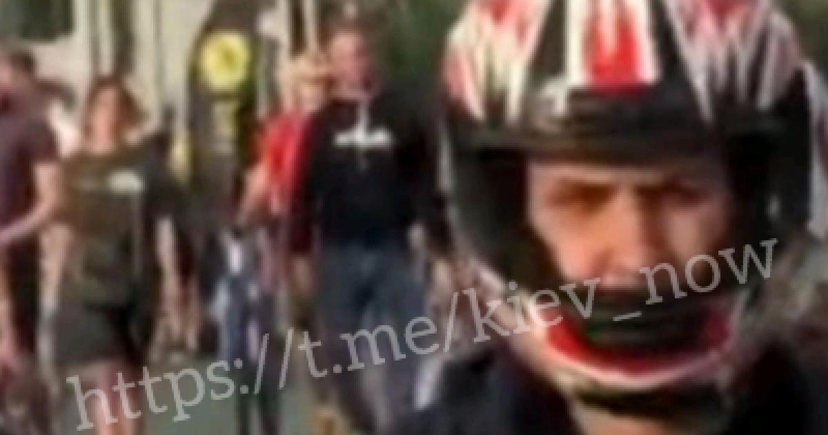 На пешеходном мосту в Киеве мопедист сбил девушку и поехал дальше: появилось видео