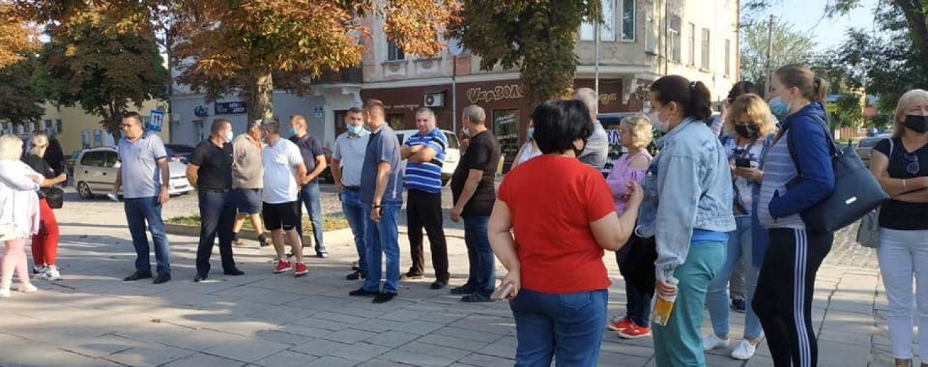 """""""Ми не маємо за що жити"""": підприємці вийшли на мітинг у """"червоній"""" Теребовлі Тернопільської області"""