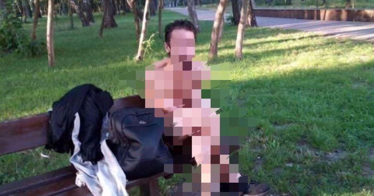 Просто стало жарко: в одном из парков столицы на скамейке отдыхал голый мужчина