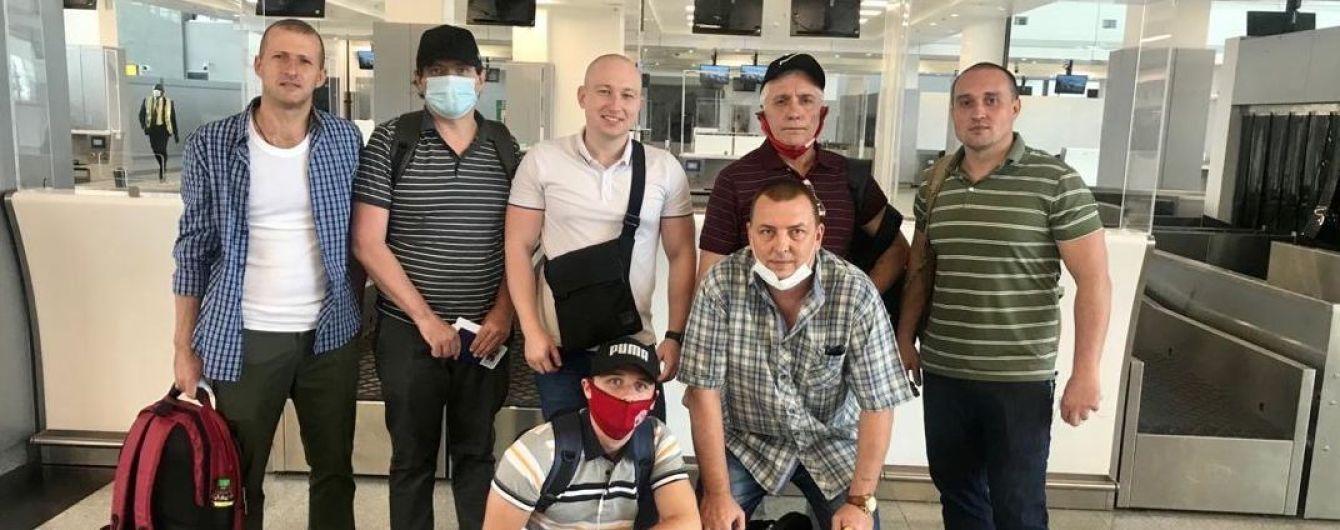 До України повернулися звільнені з полону піратів моряки