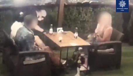 В Киеве вор украл телефон с террасы кафе, просунув руку через кусты: появилось видео