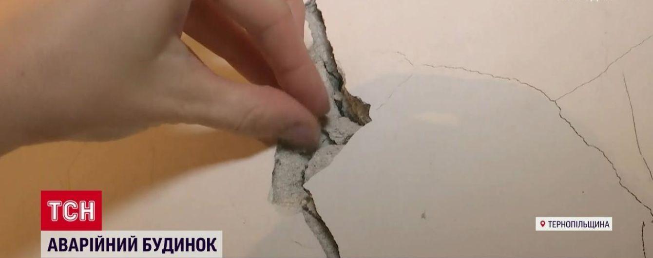 Потрескавшиеся стены и щели в перекрытиях: в Хмельницком от дома откалывается подъезд