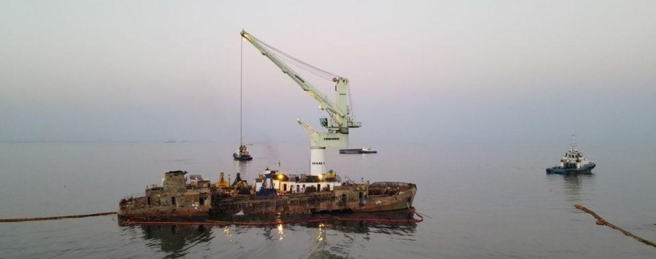В Одессе продолжают поднимать затонувший танкер Delfi: что там происходит