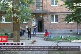 Жители 5-этажки в Хмельницком с ужасом наблюдают, как откалывается их подъезд