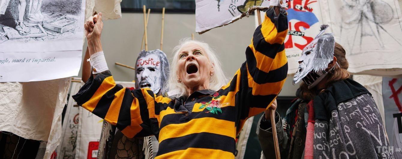 У бджолиному вбранні і з мішком на голові: 79-річна Вів'єн Вествуд влаштувала акцію протесту