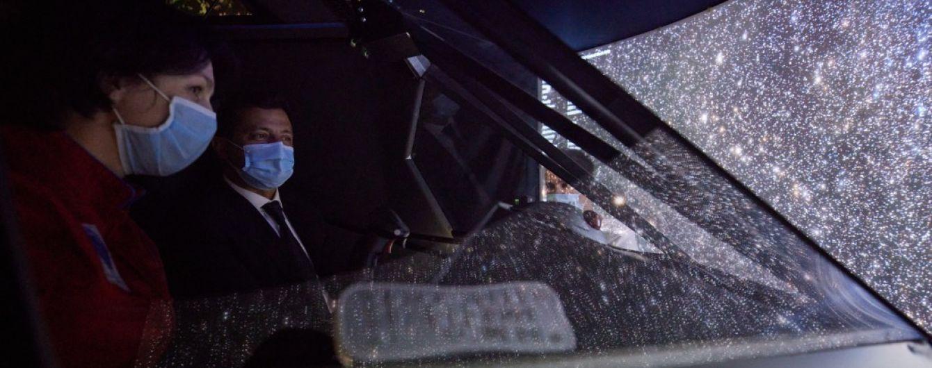 У Житомирі Зеленський здійснив політ на симуляторі космольота
