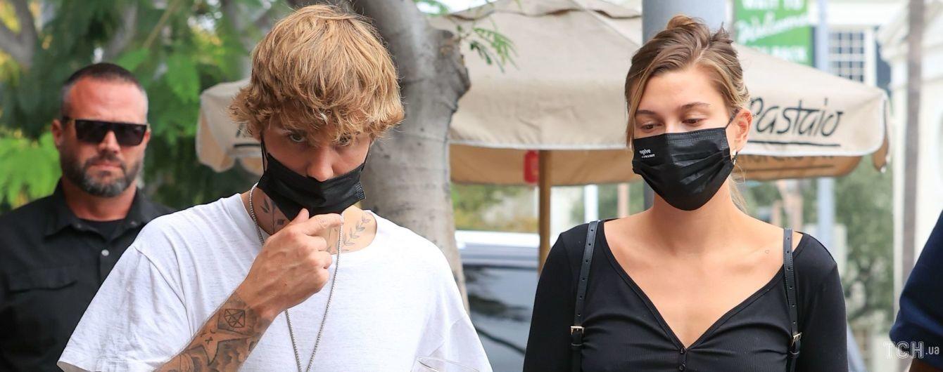 Сверкнула сосками: Хейли Бибер в кроп-топе вышла на прогулку с мужем