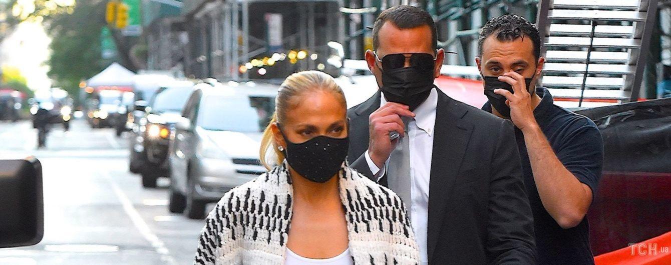 В теплом кардигане и с крокодиловой сумкой: Дженнифер Лопес с возлюбленным запечатели в Нью-Йорке