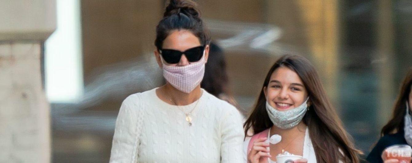 Вышли на прогулку: Кэти Холмс прогулялась с подросшей дочерью Сури