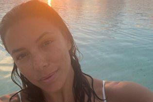 Абсолютно без макияжа: Ева Лонгория сделала селфи на пляже