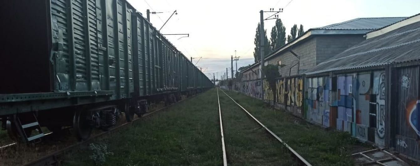 Отримав 60% опіків: у Київській області підлітка вдарило струмом на даху вагона потяга