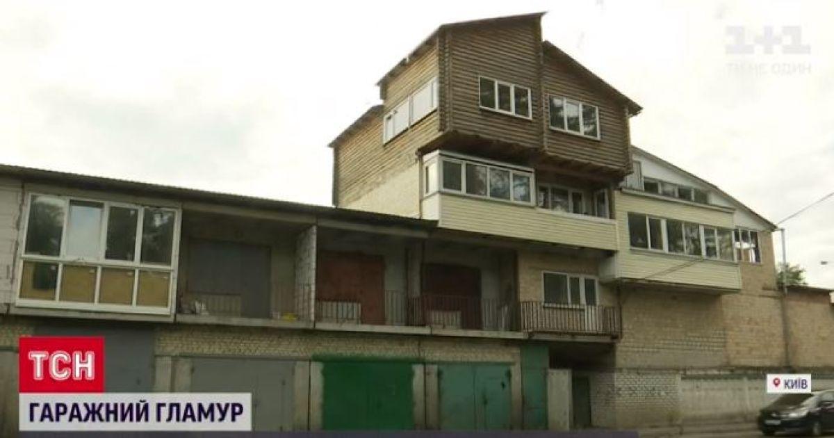 Гаражный гламур: в столичном кооперативе возвели многоэтажку с балконами и домом из сруба