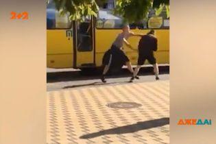 У Києві двоє маршрутників почали сперечатись за право першим вирушати з кінцевої
