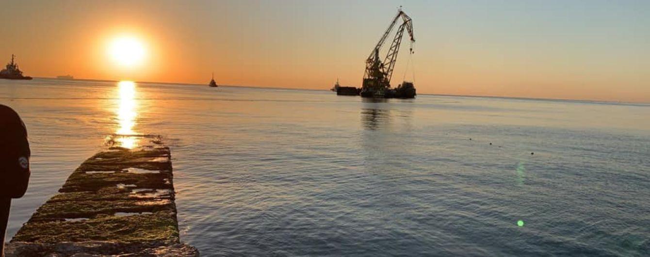 В Одессе подняли затонувший танкер Delfi
