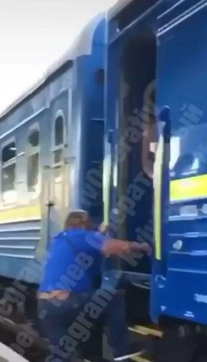 """На железнодорожной станции """"Киев-Пассажирский"""" мужчина чуть не попал под поезд из-за действий проводника"""