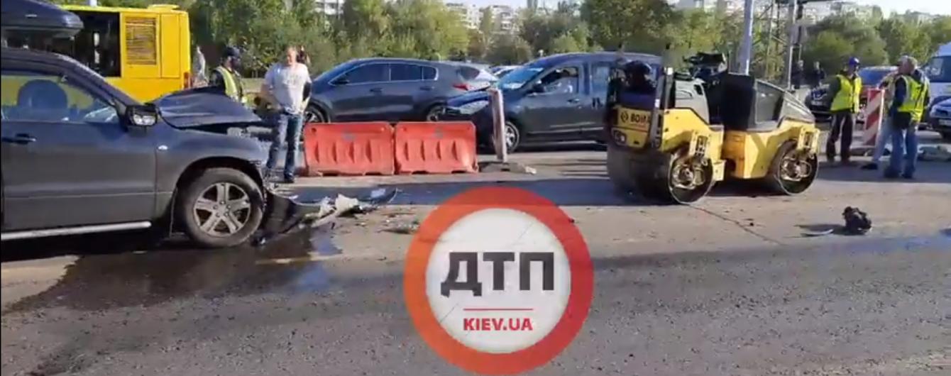 В Киеве внедорожник протаранил каток, есть пострадавшие