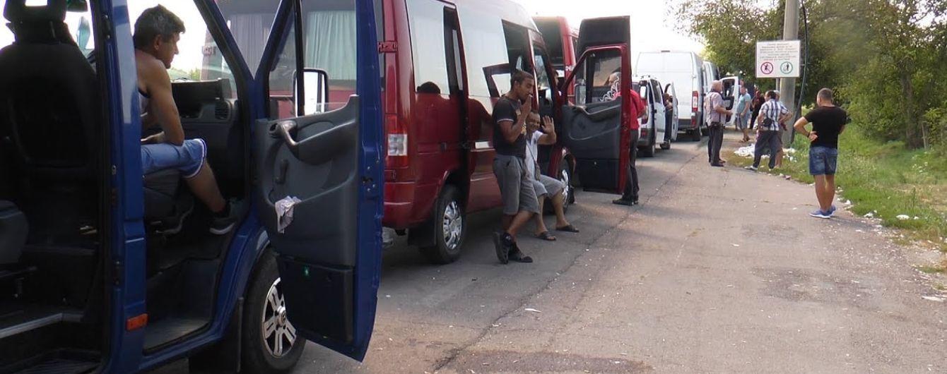 """На Закарпатті 300 мікроавтобусів стоять у черзі в пункті пропуску """"Лужанка"""": що сталося"""