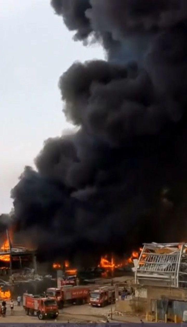 В Бейруте горят руины порта, уничтоженного мощным взрывом накануне