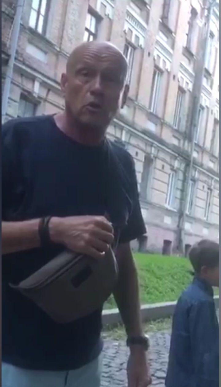 """З'явилося відео, як ексвіцепрем'єр """"по-особливому"""" виховує свого внука на вулиці"""