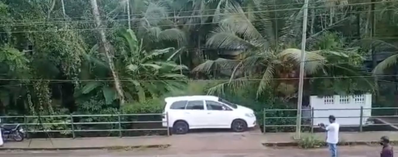 Индийский водитель показал чудеса парковки минивэна над пропастью: видео