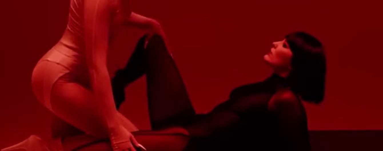 Эпатажная MARUV в корсете и чулках выпустила эротический клип