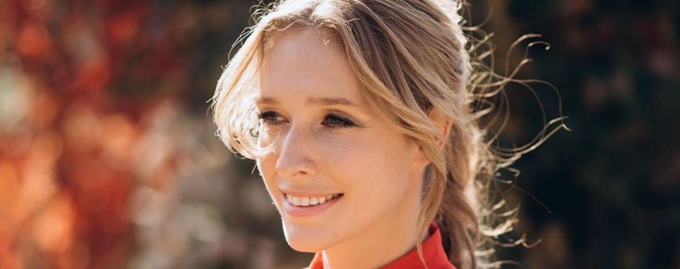 У мандариновій сукні з бантом: Катя Осадча прогулялася осіннім парком