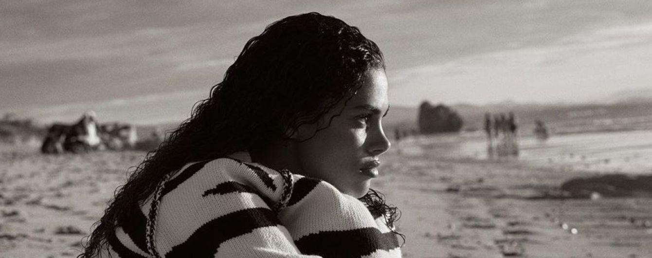 В плавках и свитере: Тина Кунаки позировала на пляже