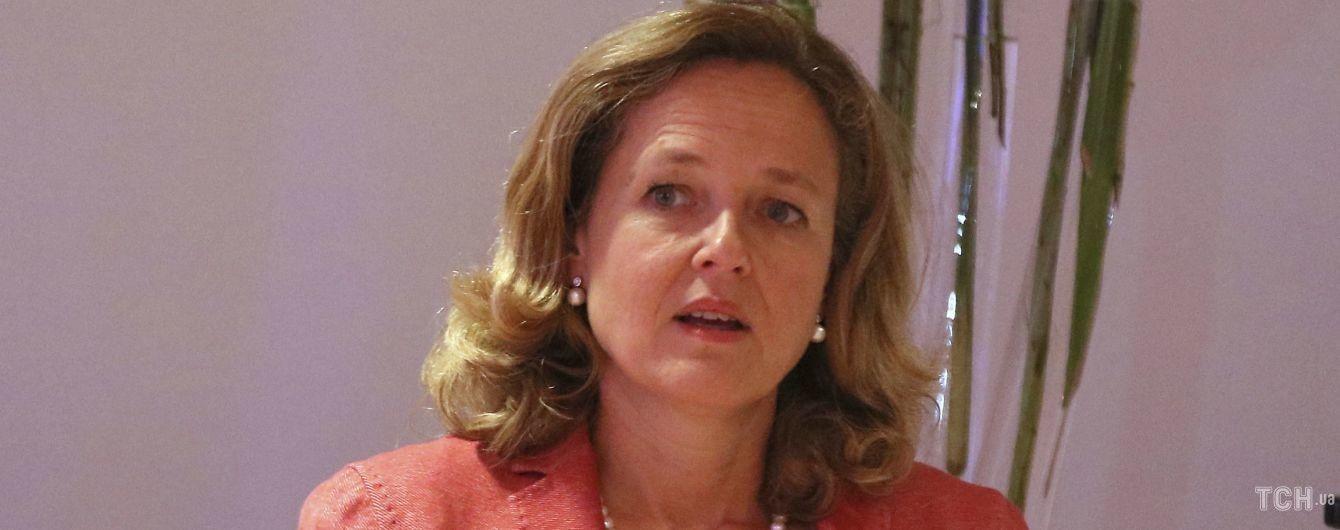 Показала декольте: министр экономики Испании сверкнула кружевным бельем на встрече
