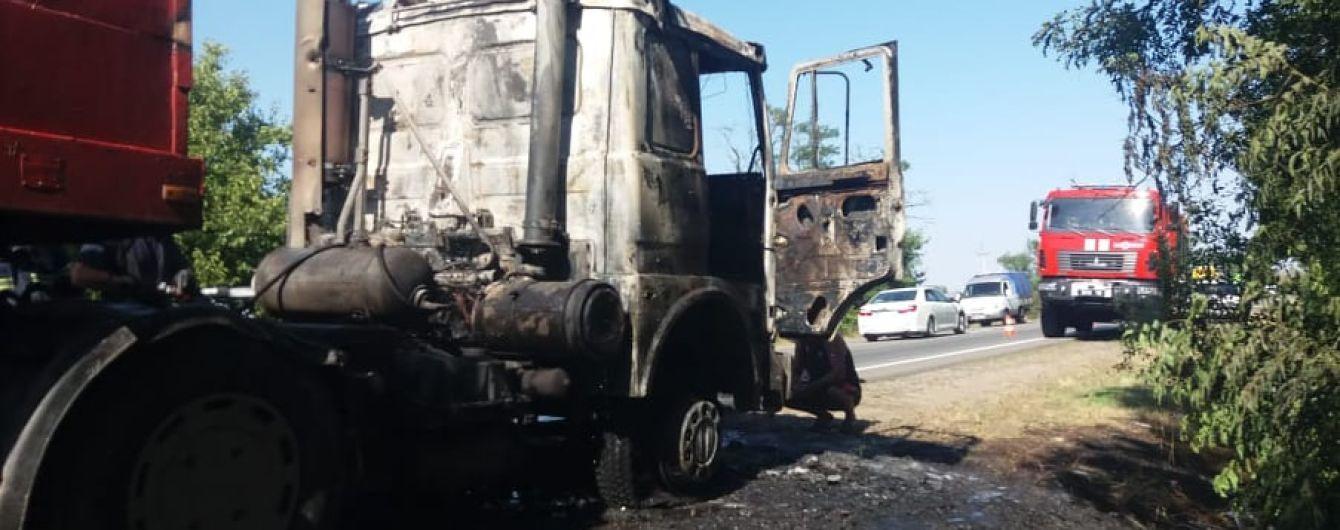 Під Миколаєвом загорілася вантажівка: з'явились фото