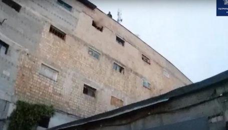В Киеве милиция задержала голого мужчину, который откусил отцу палец, разбил собакой окно и ранил соседа