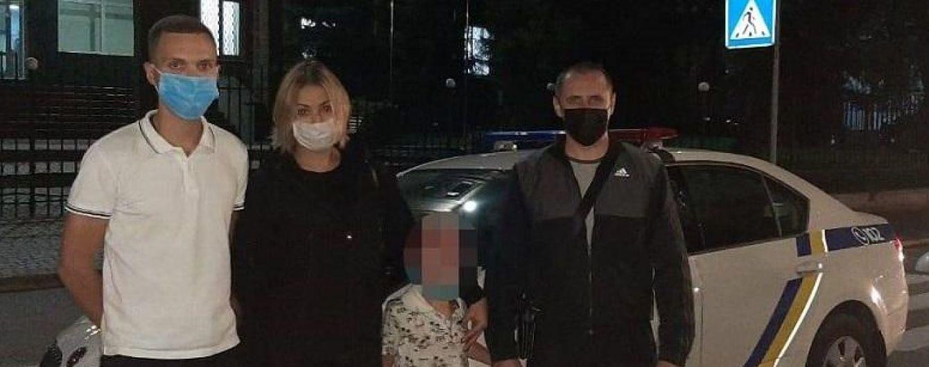 В Киеве ночью полиция нашла маленького мальчика на остановке рядом с пьяной родственницей
