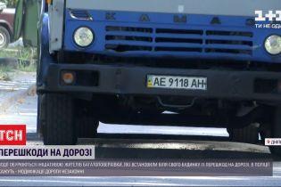 """В Днепре жители самостоятельно установили 11 """"лежачих полицейских"""" возле дома"""
