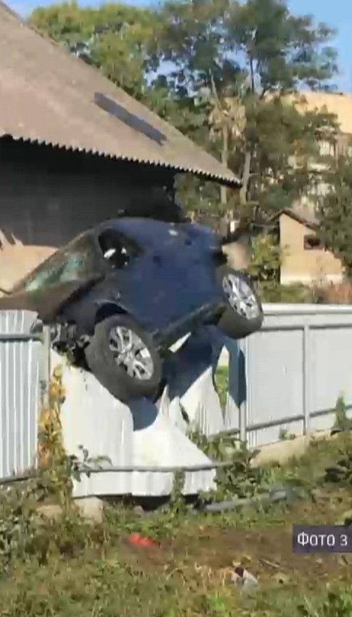 """У Чернівцях поліцейський на """"БМВ"""" влетів у паркан і завис на ньому"""