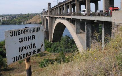 У Запоріжжі восьмикласниця на очах у чоловіка стрибнула з моста в Дніпро