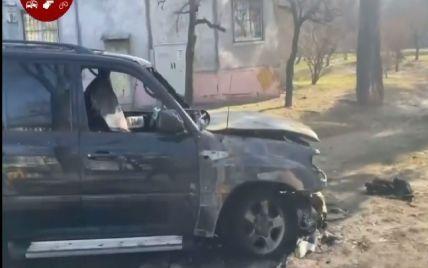 У Києві згорів припаркований на газоні позашляховик: відео