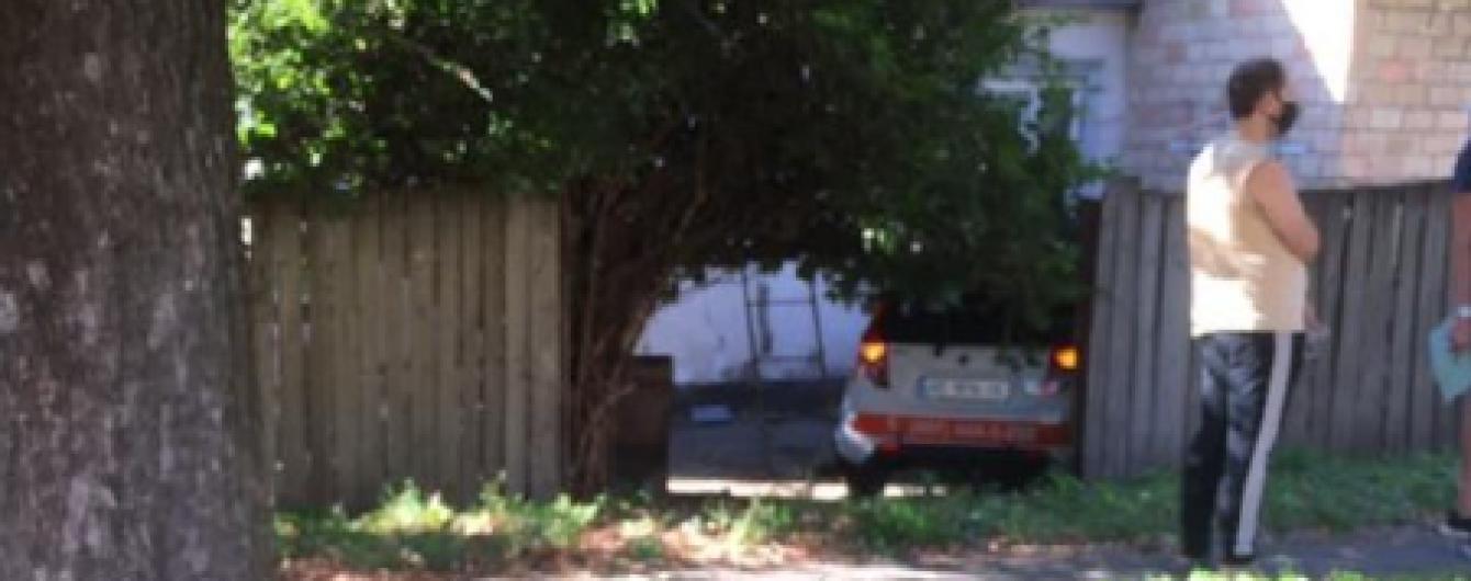 Вчилася їздити: у Києві дівчина переплутала педалі, наїхала на жінку та притисла її до будинку