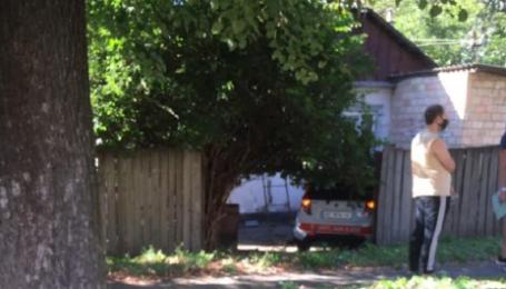 Училась ездить: в Киеве девушка перепутала педали, наехала на женщину и прижала ее к дому