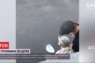 Нетрезвых мужчин, которые целились в детей с балкона, обяжут заплатить штраф и отдать ружье