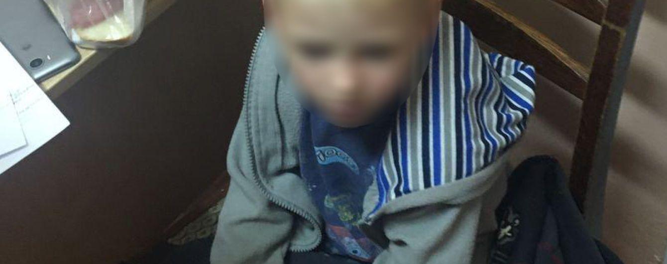 В Чернигове пьяная мать оставила своего четырехлетнего сына поздно вечером на улице: его госпитализировали