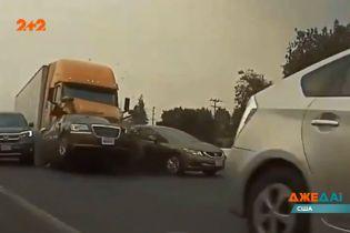 В Калифорнии фура на скорости протаранила более десятка машин