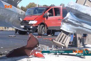 В Харькове водитель протаранил отбойник, возле которого работали дорожники