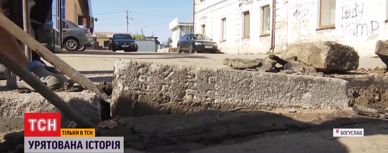 В Богуславе дорожные бордюры оказались еврейскими надгробиями времен Второй мировой войны