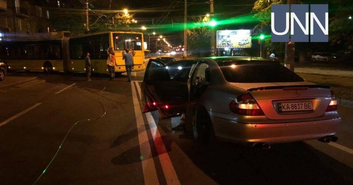 У Києві на Подолі у тролейбуса обірвалися дроти та пошкодили Mercedes