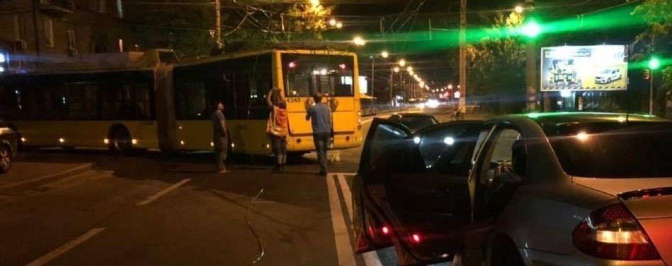 В Киеве на Подоле у троллейбуса оборвались провода и повредили Mercedes