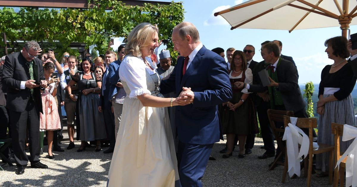 """Экс-главу МИД Австрии, которая танцевала с Путиным, выдвинули в совет директоров """"Роснефти"""""""
