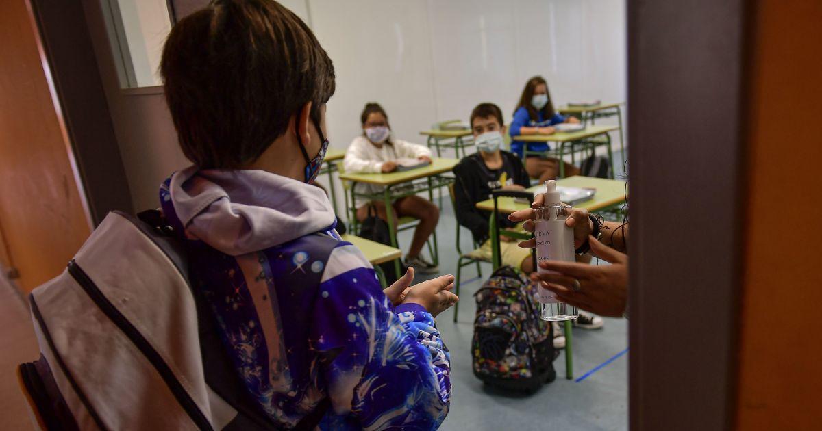 У Житомирі 30 вчителів однієї школи пішли на лікарняний, у трьох вже підтвердився COVID-19 — ЗМІ