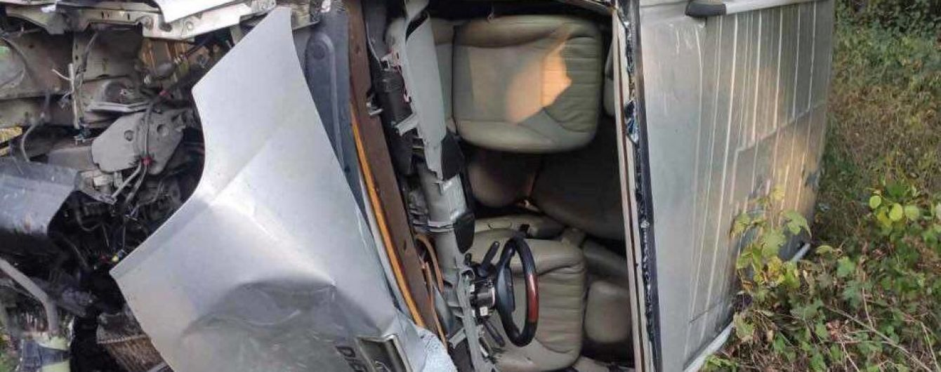На трасі Львів-Самбір водій мікроавтобуса збив на смерть жінку: з'явилось фото