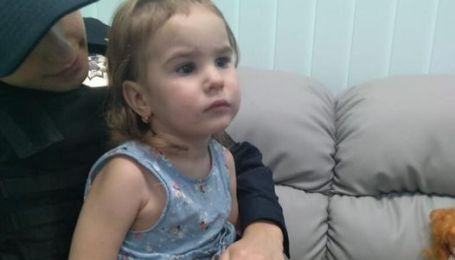 У Києві загубилася дворічна дівчинка, шукають її батьків: фото